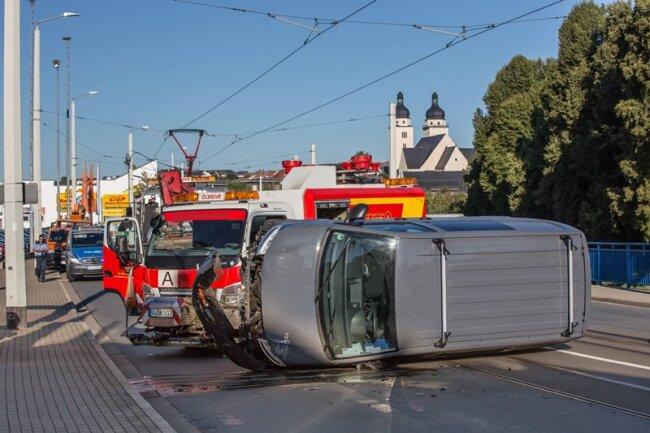 Der beschädigt VW und die Ölwehr am Unfallort.