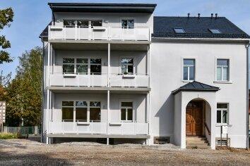 An der Rückseite erhielt die Stadtvilla Balkone; nächsten Monat werden die Außenanlagen fertig.