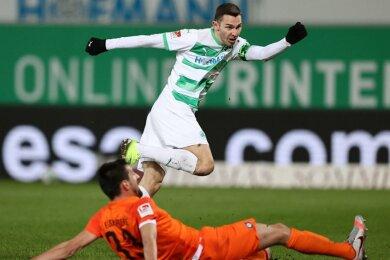 Branimir Hrgota erzielt seinen zweiten Treffer zum 2:0 für die Fürther. Aues Ognjen Gnjatic (vorn) kann es nicht mehr verhindern.