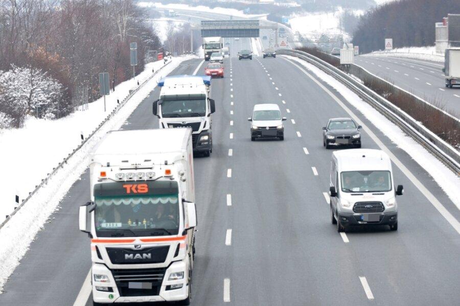 Blick über die Autobahn A 4 Höhe Siebenlehn in Richtung Hainichen: Nicht alle Brummis, die sonntags fahren, dürfen das auch.