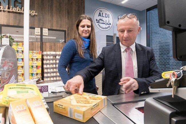 Oberbürgermeister André Heinrich (r.) an der Kasse des neuen Aldi-Marktes in Marienberg. An seiner Seite: Mandy Riegel.