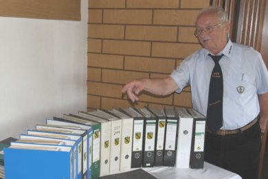 Horst Steinert hält akribisch die Geschichte des Pausaer Ringkampfsports für die Nachwelt fest. Seine Chronik umfasst längst eine stattliche Anzahl an Ordnern.