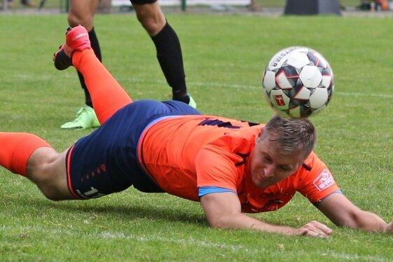 Der Oberlungwitzer SV, bei dem Co-Trainer John Weise nach wie vor mit ran muss, will eine Bauchlandung vermeiden.