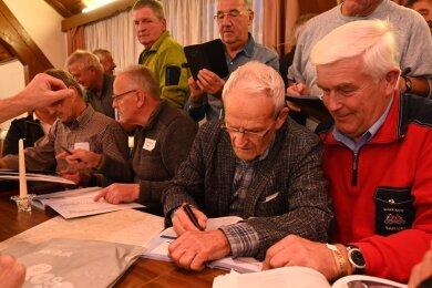 Skisprung-Legende Helmut Recknagel (2. v. r. sitzend) war dicht umlagert.