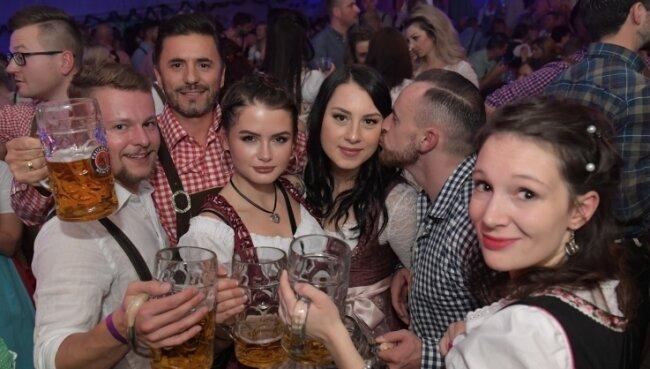 Dominic Groß, Toni Spahao, Sarah Georgi, Laura Wurmseider, Matthias Heidelk und Lydia Keller (v.li.) haben im vergangenen Jahr beim Oktoberfest in Aue mitgefeiert.