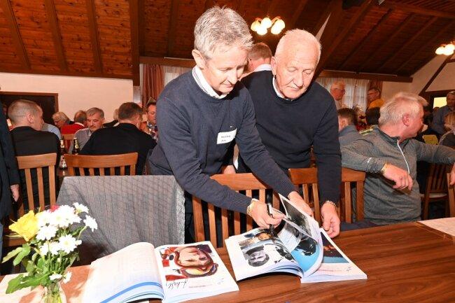 Jens Weißflog (l.) gibt Autogramme.