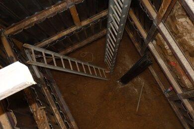 Mitarbeiter einer Freiberger Spezialfirma haben einen drei Meter breiten und fünfeinhalb Meter tiefen Schacht am Haus 18 angelegt.