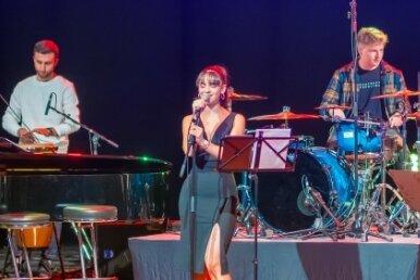 Selina Tulasoglu aus Reichenbach und die Band Scusi rockten das Neuberinhaus.