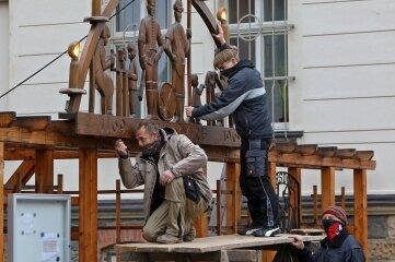 Der Gersdorfer Schwibbogen wird montiert.