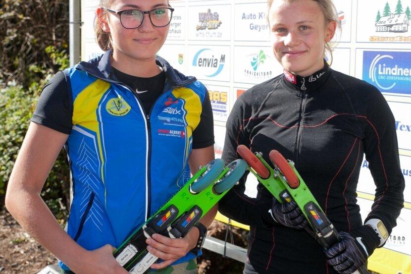 Jocelyn Scheller, die in der Juniorenklasse für den SSV Geyer startet, und Marie Meischner vom SC Norweger Annaberg (r.) im Feld der Damen gehören zu aussichtsreichen Anwärterinnen bei der Deutschen Meisterschaft im Rollski in Geyer. Zu sehen sind sie auf dem Bild nach ihren Sachsencup-Siegen 2019 im Greifenbachtal.