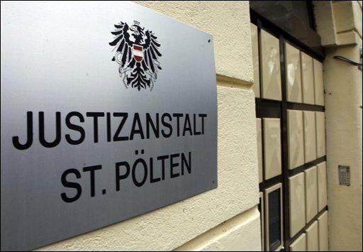 Mit dem Aufruf der Strafsache beginnt heute im niederösterreichischen Sankt Pölten der Prozess gegen den Inzest-Vater Josef F. aus Amstetten. In dieser Justizanstalt wartet Fritzl seit Ende April 2008 auf seinen Prozess.