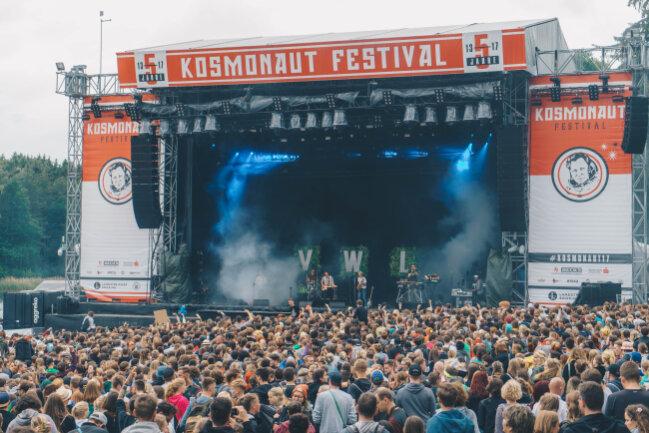 Von Wegen Liesbeth heizt als erster heimlicher Headliner die Stimmung auf dem Kosmonaut Festival am Freitagabend an.