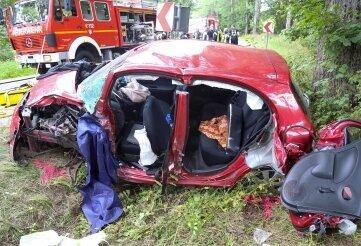 Der völlig zerstörte Nissan, dessen Fahrer bei dem Zusammenstoß mit einem Mazda schwer verletzt worden ist.