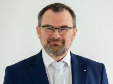 Klaus-Peter Hansen, Vorsitzender der Bundesagentur für Arbeit Sachsen, steht in einem Klassenzimmer.