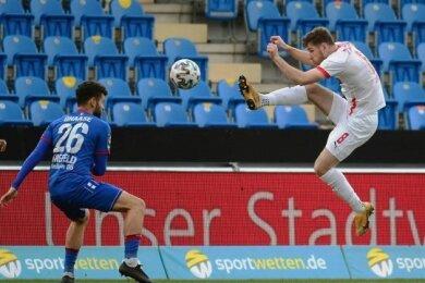 FSV-Profi Leon Jensen (Mitte) jagt den Ball.