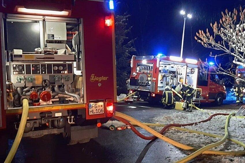 Insgesamt zehn Feuerwehren sind am Ort des Geschehens.