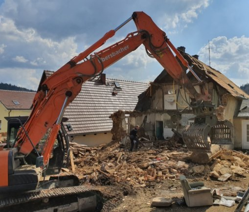 Ein spektakulärer Hausabriss zieht derzeit in Bad Elster alle Blicke auf sich. Doch für die Abrissfirma ist äußerste Vorsicht geboten, da das Nachbarhaus nur wenige Meter entfernt steht.
