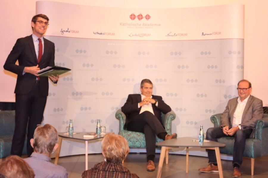 Moderator Thomas Arnold, Sigmar Gabriel und Jürgen Opitz (von links) diskutierten im Peter-Breuer-Gymnasium über Außenpolitik, den Klimawandel und die Flüchtlingskrise 2015.