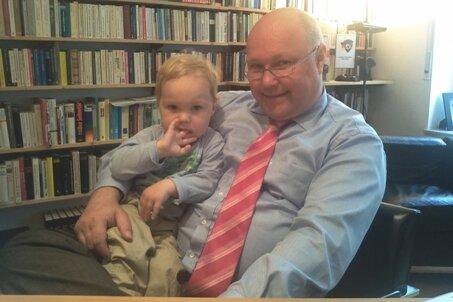 Harmonie im Arbeitszimmer: Friedhelm Wachs mit seinem zweijährigen Sohn.