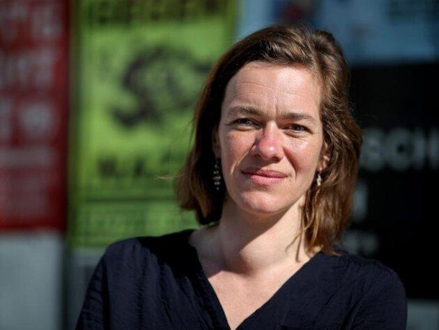 Juliane Nagel vor ihrem Abgeordnetenbüro.