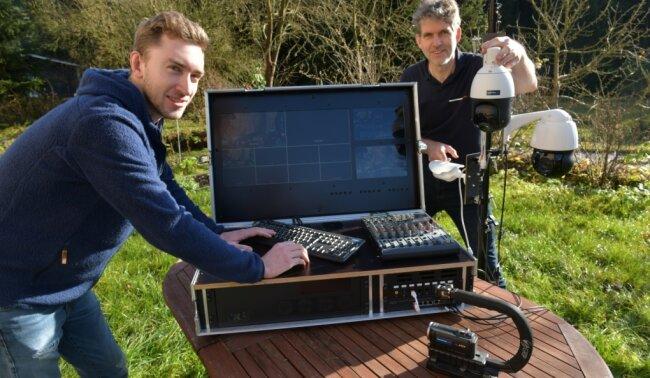 Die Saydaer Toralf (r.) und Antonio Richter arbeiten mit einer Easy-Stream-Box. Zusammen mit den 360-Grad-JP-Kameras kann man damit TV-Regie führen, schneiden und Netzwerke verwalten.