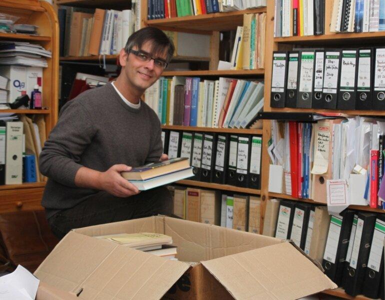 """<p class=""""artikelinhalt"""">Die Bücher gehen mit nach Teneriffa: Pfarrer Roland Herrig beim Einpacken. Ab 15. Februar arbeitet er dort, wo andere Urlaub machen.</p>"""