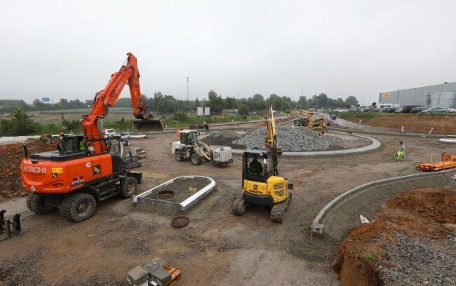 Der Bau des neuen Kreisverkehrs nahe dem Meeraner Industriepark geht ab Montag auf östlicher Seite weiter.