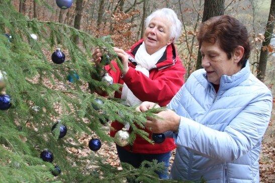 28 Bäume haben Nora Stange (links) und Annelie Arbeiter am Förstersteig zwischen Kunnersdorf und Hennersdorf geschmückt.