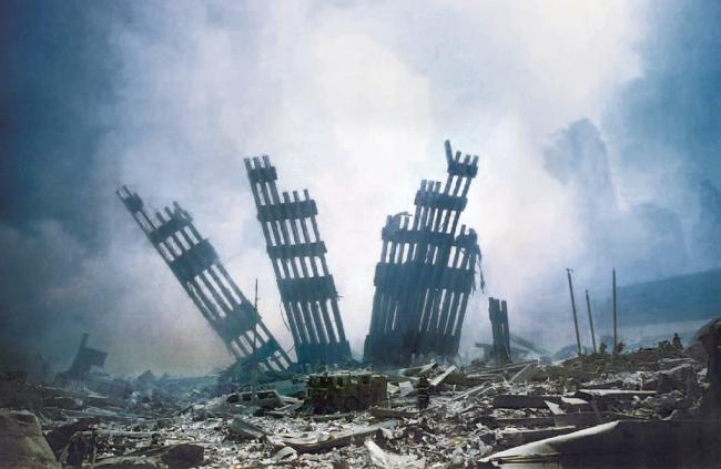 Das World Trade Center mit seinen berühmten Zwillingstürmen liegt nach den Anschlägen in Trümmern. Auf dem Areal wurde seit 2006 ein neues Welthandelszentrum errichtet.
