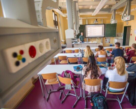 Dieses Physikzimmer im Johann-Gottfried-Herder-Gymnasium in Schneeberg ist bereits modernisiert worden. Dort können die Steckdosen von der Decke heruntergefahren werden.