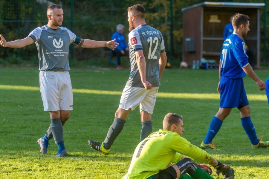 René Hänel (l.) gratuliert Frank Hänel zu dessen Treffer zum zwischenzeitlichen 3:0 für den SV Tirol. Leon Gänzel (vorn) und der SV Blau-Weiß Crottendorf müssen die Heimreise ohne Punkte antreten.