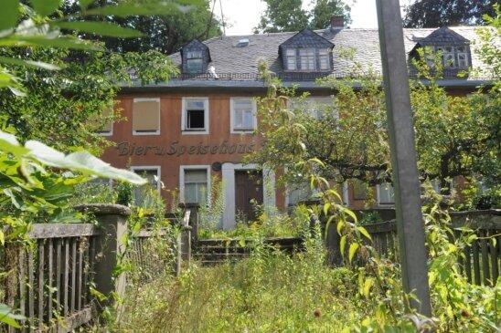 """Das frühere Gasthaus am Kirchweg in Wittgensdorf soll bei einer Versteigerung einen neuen Eigentümer bekommen. Im Auktionskatalog ist von einem """"stark sanierungsbedürftigen Zustand"""" des Gebäudes die Rede."""