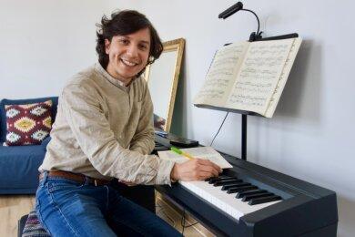 José Luis Gutiérrez Hernandez ist Dirigent und erster Kapellmeister am Mittelsächsischen Theater. Ihn nervt, dass durch die Pandemie Pläne immer wieder verändert werden müssen. Er nutzt aber auch die Zeit, um das Klavierspielen weiter zu üben.