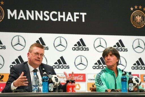 Löw (r.) und Grindel äußern sich auf der Pressekonferenz