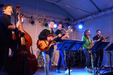 Das ist Brezel Brass: Sebastian Wildgrube, Julia Seidel, Michael Seidel, Stella-Maria Voigt und Robert Seidel (von links), hier bei einem Konzert auf Schloss Voigtsberg in Oelsnitz.