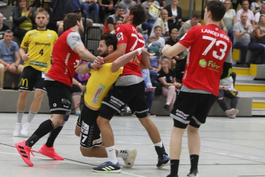 Ladislav Brykner (Mitte in Gelb) bekommt hier zu spüren, wie hart die Gangart in Liga 3 ist. Am Sonntag ist er mit seinem SV 04 Oberlosa bei der Bundesligareserve des TSV Hannover-Burgdorf gefragt.