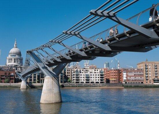 Die Millennium-Brücke ist Touristenattraktion. Im letzten Potter-Band wird sie zerstört.