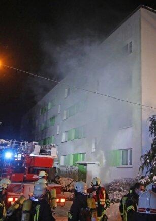 An der Altenburger Straße in Callenberg: Insgesamt war die Feuerwehr in der Nacht zu Freitag fünf Stunden im Einsatz. Eine 82-, eine 89-, und ein 69-Jähriger mussten ins Krankenhaus gebracht werden.