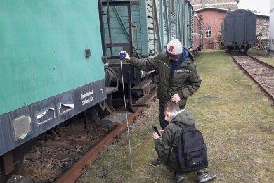 Sebastian Jung und Tim Heidel inspizieren den Waggon, der einem Privatmann gehört und aktuell noch in Chemnitz-Hilbersdorf steht.