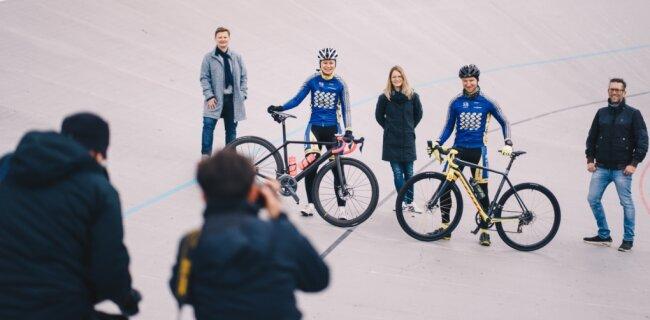 Zwei Fahrer, die im September nach Prag aufbrechen (links mit Rad Christiane Wolf und Roy Bruns) sowie die Organisatoren vom Stadtsportbund (Janette Füseler, links), der CWE (Susan Endler, Mitte) und der Radsportinitiative (Kai Winkler, rechts) stellten am Freitag das Projekt European Peace Ride auf der Radrennbahn in Chemnitz vor.