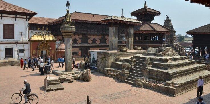 Welterbe Bakhtapur: Auf dem leeren Sockel stand bis zum Erdbeben der Vatsala-Tempel, dahinter erheben sich der Pavillon mit den acht Ecken und der Königspalast mit dem Goldenen Tor.