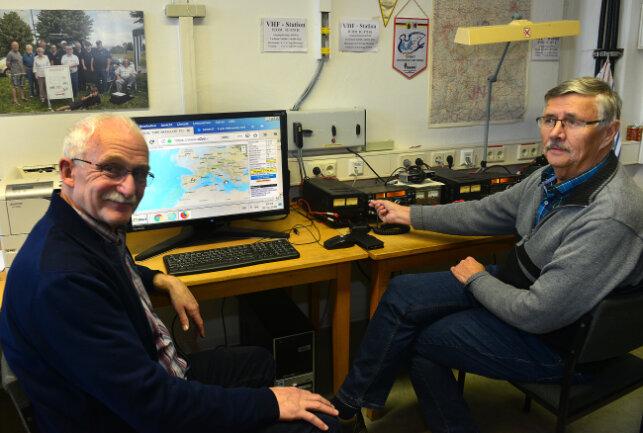Tasillo Römsich (l..) undHorst Möbius hören Astronaut Alexander Gerst auf der ISS zu, die Station der Amateurfunker in der Hochschule Mittweida.
