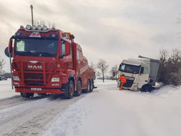 Auf dem Rastplatz Am Neukirchener Wald an der A72 in Richtung Chemnitz saßen zwei Sattelzüge am Montagmittag noch immer im Schnee fest. Auch hier rückte der Bergungsdienst an und befreite beide LKW.