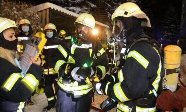 65 Feuerwehrleute waren insgesamt vor Ort, mehrere von ihnen trugen Atemschutz.