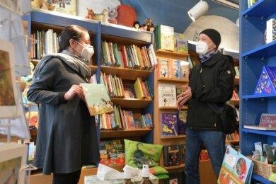Hartmut Weickelt ist froh, wieder in den Taschenbuchladen von Heike Wenige gehen zu können.