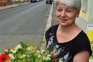 Kerstin Kreinacker verteilt am Sonntag Blumensträuße in Hainichen.