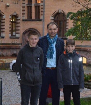 Der Kreiselternratsvorsitzende Ricky Auerswald mit Jordy (l.) und Philipp (r). Sie besuchen beide das Stollberger Gymnasium.