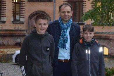 Der Kreiselternratsvorsitzende Ricky Auerswald mit dem 15-jährigen Jordy (l.) und dem zwölfjährigen Philipp (r). Sie besuchen beide das Stollberger Gymnasium.