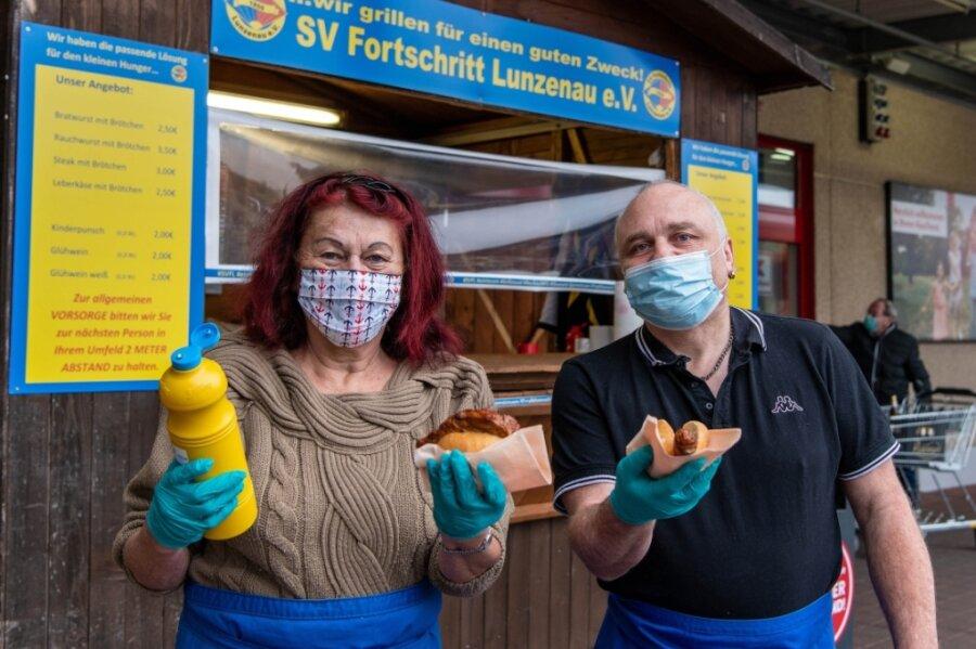 Um Geld für den Verein zu bekommen, betreibt der SV Fortschritt Lunzenau einen Grillstand am Kaufland in Burgstädt. Am Dienstag haben die Vereinsmitglieder Monika Eidam und Thomas Mäßig den Stand betreut.