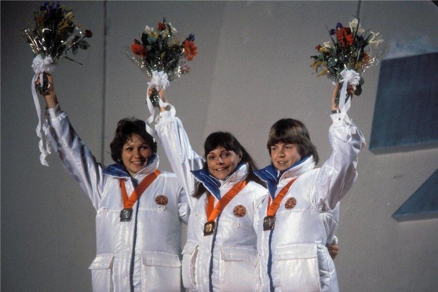 1984 feierten Karin Kania, Andrea Schöne und Gabi Schönbrunn (von links) bei den Olympischen Winterspielen in Sarajevo einen Dreifacherfolg über 3000 Meter. Die drei DDR-Eisschnellläuferin bestimmten im gesamten Jahrzehnt die internationale Spitze mit.